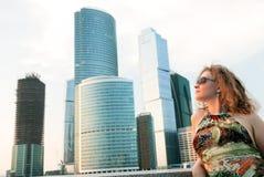 Donna di affari vicino alle costruzioni moderne immagine stock libera da diritti