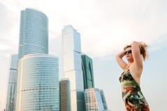 Donna di affari vicino alle costruzioni moderne fotografie stock libere da diritti