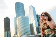 Donna di affari vicino alle costruzioni moderne immagini stock libere da diritti