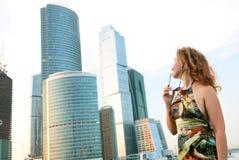 Donna di affari vicino alle costruzioni moderne immagine stock