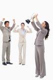 Donna di affari vittoriosa con la tazza Fotografia Stock Libera da Diritti