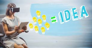 Donna di affari in VR con lo scarabocchio della lampadina del disegno contro il pannello di legno blu confuso Immagini Stock Libere da Diritti