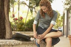 Donna di affari Wearing Shoe Outdoors Fotografia Stock Libera da Diritti