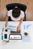 Donna di affari Working With Graphs Fotografia Stock