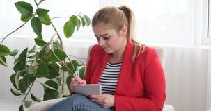 Donna di affari Writing In Diary video d archivio