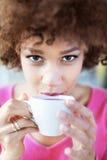 Donna di afro con la tazza di tè Immagini Stock Libere da Diritti