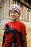 donna di akha nella t anteriore della sua casa nella parte settentrionale del paese immagini stock