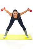 Donna di allenamento con il dumbbell Fotografie Stock Libere da Diritti