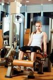 Donna di allenamento di esercizio di estensione della gamba della palestra dell'interno Fotografie Stock Libere da Diritti