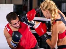 Donna di allenamento di pugilato nella classe di forma fisica La gente di esercizio due di sport Fotografia Stock