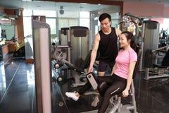 Donna di allenamento di esercizio di estensione della gamba della palestra dell'interno Bello, stampa Fotografie Stock Libere da Diritti