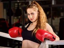 Donna di allenamento di pugilato nella classe di forma fisica Immagini Stock