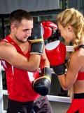 Donna di allenamento di pugilato nella classe di forma fisica La gente di esercizio due di sport Fotografie Stock