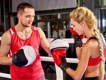 Donna di allenamento di pugilato nella classe di forma fisica La gente di esercizio due di sport Immagini Stock Libere da Diritti