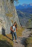 Donna di alpinismo, facente un'escursione il garmisch del percorso Fotografie Stock Libere da Diritti