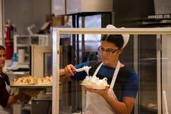Donna di Amish che produce crostata al limone meringato fotografia stock