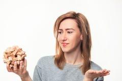 Donna di 24 anni attraente di affari che sembra sconcertante con il puzzle di legno Fotografia Stock Libera da Diritti