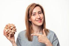 Donna di 24 anni attraente di affari che sembra sconcertante con il puzzle di legno Fotografie Stock
