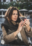 Donna di 40 anni che prende selfie Fotografia Stock