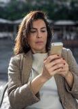 Donna di 40 anni che prende selfie Immagini Stock