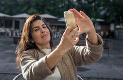 Donna di 40 anni che prende selfie Immagine Stock Libera da Diritti