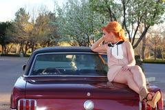 Donna di anni sessanta sull'automobile del muscolo Fotografie Stock Libere da Diritti