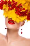 Donna di autunno. Bello trucco. Fogli di colore giallo Fotografie Stock Libere da Diritti