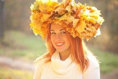 Donna di autunno con la parte superiore delle foglie di acero di caduta Fotografie Stock Libere da Diritti