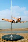 Donna di ballo di Palo contro il fondo del mare. Immagini Stock Libere da Diritti