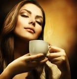 Donna di Beautuful con la tazza di caffè Immagine Stock