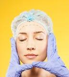 Donna di bellezza che fa le iniezioni del botox. studio fotografie stock libere da diritti