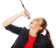 Donna di bellezza che porta maglietta rossa con il microfono Fotografie Stock Libere da Diritti