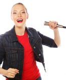 Donna di bellezza che porta maglietta rossa con il microfono Fotografia Stock Libera da Diritti