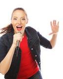 Donna di bellezza che porta maglietta rossa con il microfono Fotografie Stock