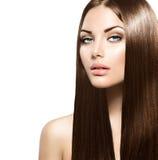 Donna di bellezza con capelli marroni sani lunghi immagini stock libere da diritti