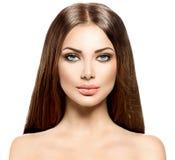 Donna di bellezza con capelli marroni sani lunghi Fotografia Stock