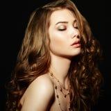 Donna di bellezza con capelli ricci lunghi Bella ragazza con la h elegante immagini stock