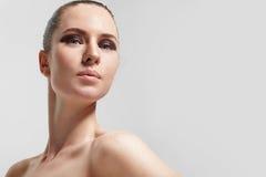 Donna di bellezza con gli ombretti pigmentati livello Immagine Stock