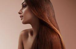 Donna di bellezza con i capelli diritti sani Fotografia Stock