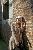 Donna di bellezza con il cappello bianco in un vicolo romantico Immagine Stock Libera da Diritti