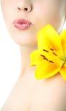Donna di bellezza con il giglio giallo Fotografia Stock Libera da Diritti