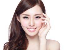 Donna di bellezza con il sorriso affascinante Immagini Stock