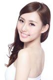 Donna di bellezza con il sorriso affascinante fotografia stock libera da diritti