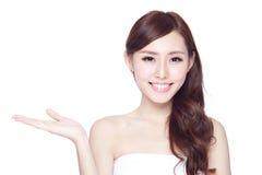 Donna di bellezza con il sorriso affascinante immagine stock libera da diritti