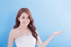 Donna di bellezza con il sorriso affascinante Immagine Stock