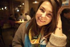 Donna di bellezza con il sorriso perfetto che esamina macchina fotografica a casa immagini stock