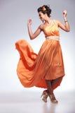 Donna di bellezza con il volo del vestito Fotografia Stock