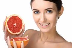 Donna di bellezza con la frutta Fotografie Stock Libere da Diritti