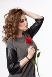 Donna di bellezza con la rosa rossa Immagine Stock