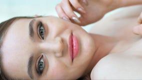 Donna di bellezza con pelle molle sana che posa nello studio leggero Concetto di Skincare video d archivio